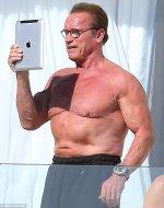 Arnold Schwarzenegger selfie.jpg