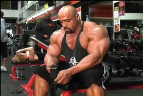 Dennis James trains chest at Gold's Venice