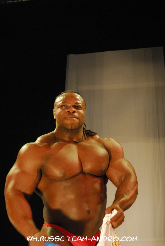 FIBO Power Germany: Clarence Devis guest posing